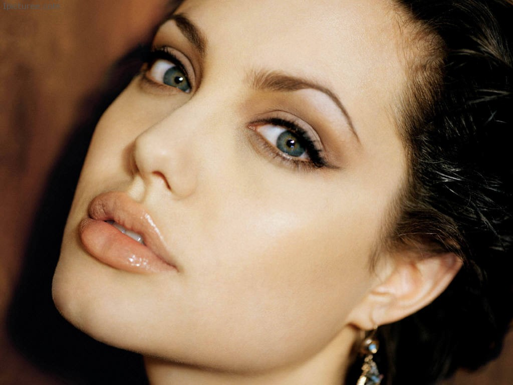 Sexy Angelina Jolie Look